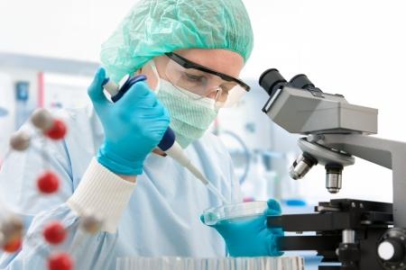 medical attention: Cient�fico con cuentagotas a trabajar en el laboratorio Foto de archivo