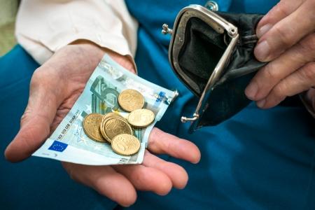 contando dinero: mujer mayor cauc�sica contando dinero en sus manos