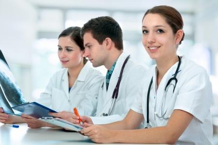 estudiantes medicina: Grupo de estudiantes de medicina que estudia en sala de clase