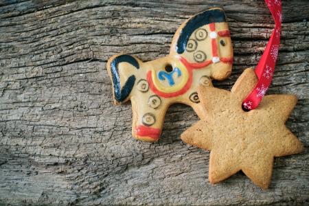 weihnachtskuchen: Weihnachten Lebkuchen �ber h�lzerne Hintergrund