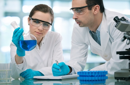 industria quimica: Dos científicos que trabajan en un laboratorio de investigación