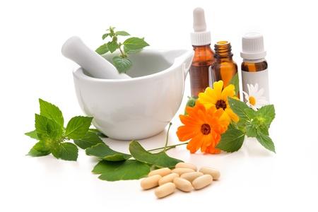 homeopatia: Hierbas curativas y amortar. Concepto de medicina alternativa Foto de archivo
