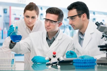 laboratorio clinico: Grupo de experimentaci�n j�venes cient�ficos en la investigaci�n de laboratorio Foto de archivo