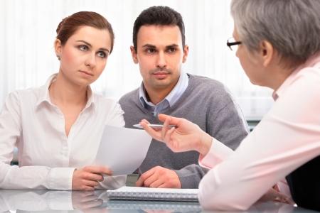 problemas familiares: joven pareja en la consulta de planificación financiera