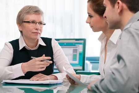 planificacion familiar: Joven pareja en la consulta de planificaci�n financiera