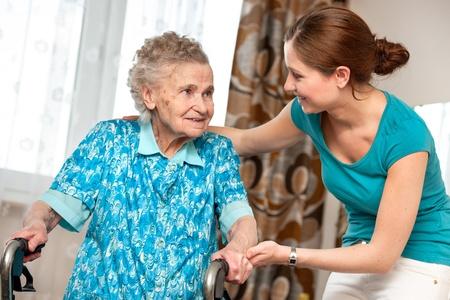 aide a domicile: Senior femme avec son fournisseur de soins � domicile Banque d'images