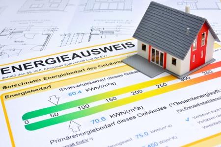ahorro energia: modelo de una casa con un certificado de ahorro de energía Foto de archivo