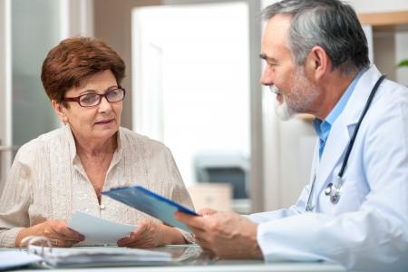 paciente: m�dico hablando con su paciente en el consultorio Foto de archivo