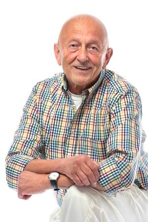 hombre calvo: Retrato de un hombre mayor feliz sonriente aislados en blanco