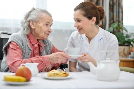 enfermeria: Mujer mayor que come el almuerzo en casa de retiro Foto de archivo