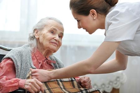 haushaltshilfe: Weibliche Krankenschwester k�mmert sich um die �ltere Frau Lizenzfreie Bilder