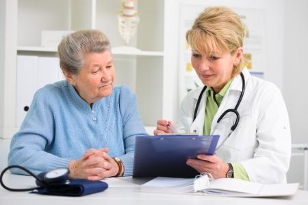 Arzt erkl?rt Diagnose zu ihrem Patientin Standard-Bild - 20921539
