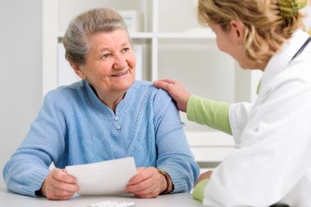 환자: 그녀의 여성 환자로 진단을 설명하는 의사 스톡 사진