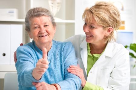 Felice paziente anziano e medico presso il medico Archivio Fotografico - 20921549