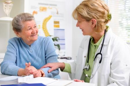 arts in gesprek met haar vrouwelijke patiënt op kantoor