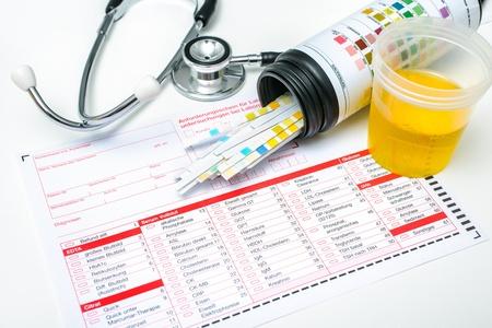 Check-up Medisch rapport en urine teststrips Stockfoto