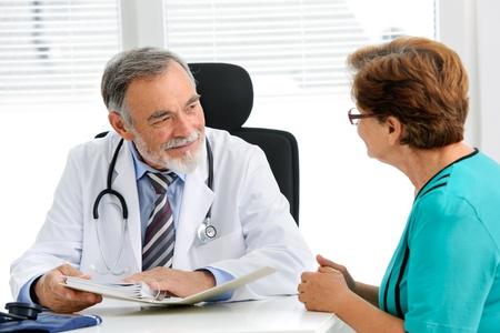 医師のオフィスで彼の女性先輩患者に話して