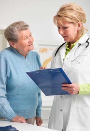 medico con paciente: explicando el diagn?stico m?dico a su paciente Foto de archivo
