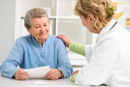 Arzt erkl? Diagnose zu ihrem Patientin Standard-Bild - 21406327
