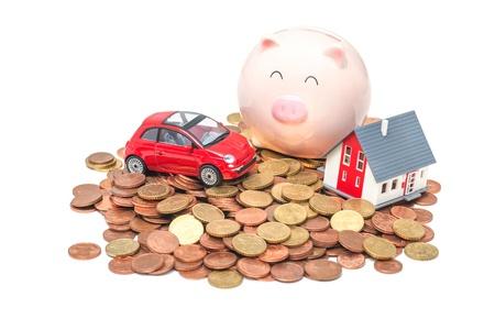 錢: 儲蓄罐和房子的白色背景