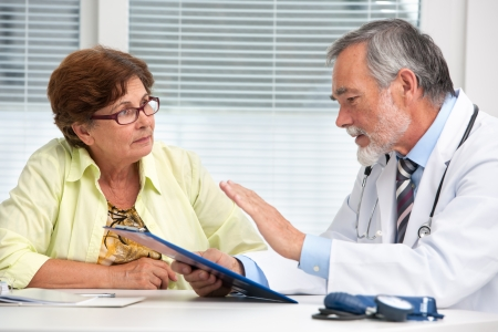 의사 사무실에서 그의 여성 수석 환자 이야기 스톡 콘텐츠