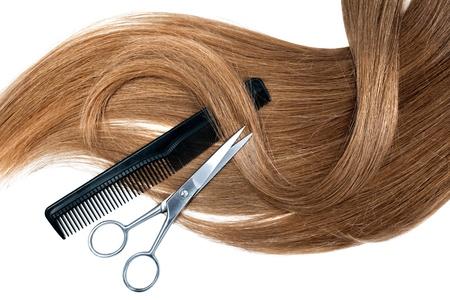 peine: Tijeras profesionales del peluquero y el peine en el fondo blanco