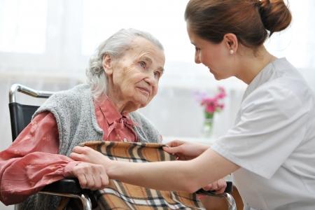 Vrouwelijke verpleegster is het nemen van verzorgen van de senior, vrouw, Stockfoto