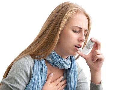 asthme: Jeune femme utilisant un inhalateur pour l'asthme que la pr�vention Banque d'images