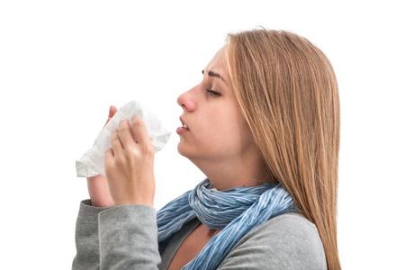 estornudo: Retrato de una mujer joven estornudos en el tejido