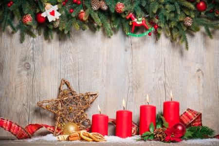 advent: Kerst decoratie achtergrond met vier advent kaarsen branden
