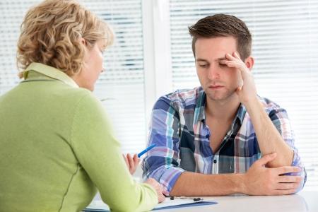 lekarz: Cierpienie biuro wizyty młody człowiek lekarzy z depresją