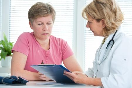 医師は彼女のメスの患者のテスト結果について説明します