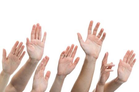 Close-up di diverse mani umane sollevate su sfondo bianco