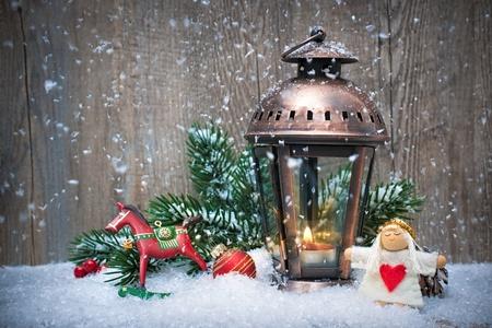 눈 속에서 불타는 등불 크리스마스 배경