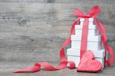 Pila de cajas de regalo con cinta y arco sobre fondo de madera vieja Foto de archivo - 22215649