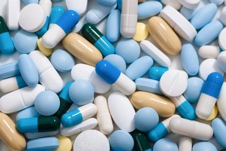 Sterta medycyny pigułki tle z kolorowych tabletek i kapsułek