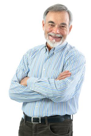 grandfather: Retrato del hombre mayor con los brazos cruzados aislados en blanco