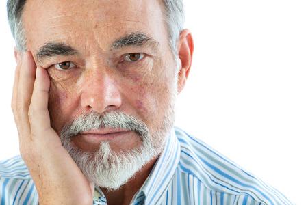 Portret van een doordachte senior man op een witte achtergrond Stockfoto