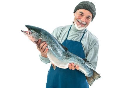 피셔는 흰색 배경에 고립 된 큰 대서양 연어 물고기를 잡고