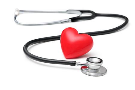 estetoscopio corazon: Un corazón con un estetoscopio aislados sobre fondo blanco