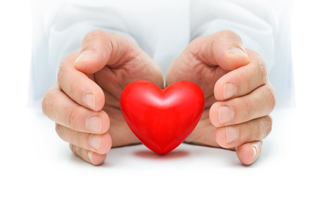 Rood hart wordt beschermd door de menselijke handen