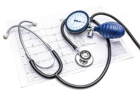 Medidor de presión arterial Estetoscopio y acostado en la tabla de ECG