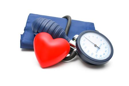 tonómetro y el corazón aislado en el fondo blanco
