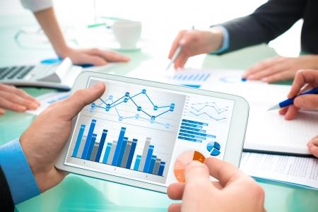 recursos financieros: Primer plano de la mano del hombre sobre los documentos de negocio a satisfacer