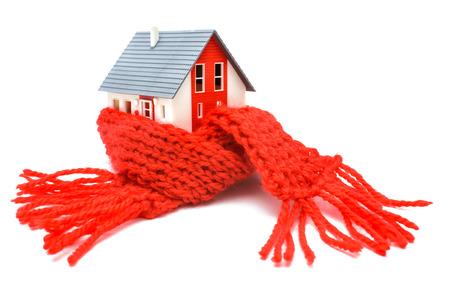 Aislamiento térmico, el concepto de eficiencia energética casa aislada en blanco
