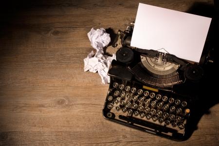 the typewriter: Vintage m�quina de escribir y una hoja de papel en blanco