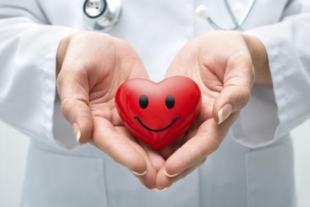 donacion de organos: Mujer médico con el estetoscopio con el corazón que sonríe