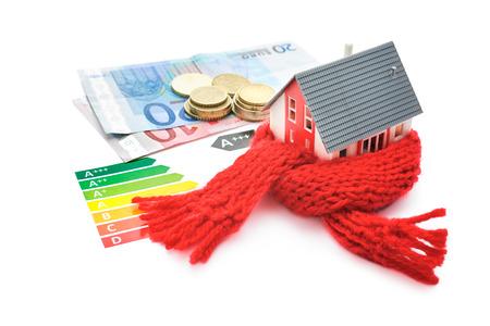 economia: Aislamiento t�rmico, el concepto de eficiencia energ�tica casa aislada en blanco Foto de archivo