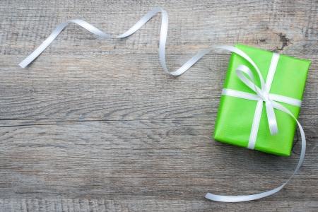 Gift box met boog op houten achtergrond