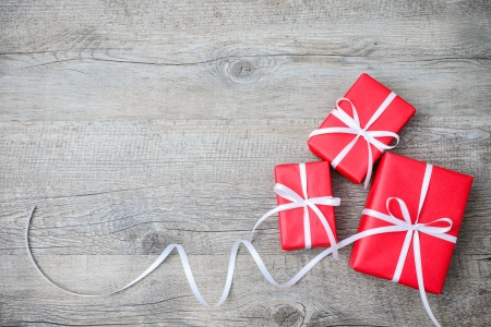 Cajas de regalo con arco en el fondo de madera Foto de archivo - 24037451